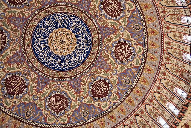 Decorative Islamic painting in Selimiye Mosque, Edirne, Turkey エディルネ、セリミエ・モスクのドームの美しい装飾画
