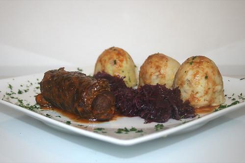 66 - Pferde-Roulade mit Rotkohl & Semmelnödel / Horse roulade with red cabbage & dumplings - Seitenaufnahme