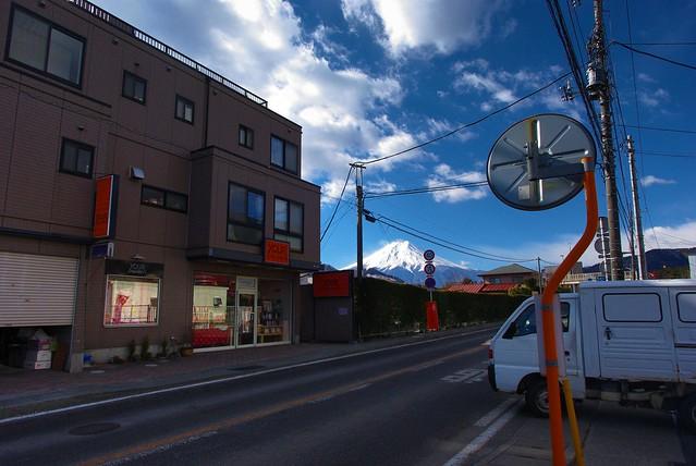 三つ峠駅前のローソンから見える富士山