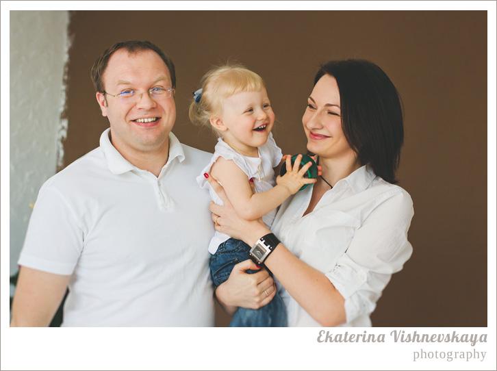 фотограф Екатерина Вишневская, хороший детский фотограф, семейный фотограф, домашняя съемка, студийная фотосессия, детская съемка, малыш, ребенок, папа, мама, отцовство, материнство, съемка детей, фотография ребёнка, девочка, счастье, радость, семья, фотограф москва