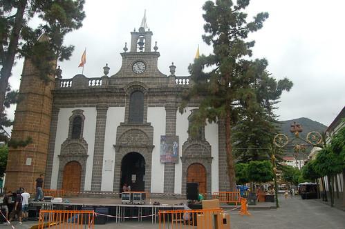 Vor der Basilika wird die Bühne für das Fest aufgebaut