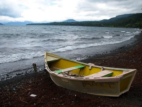 El bote y el lago Calafquén by Miradas Compartidas