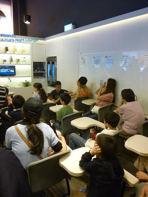 水晶肥皂體驗館 8 遊客列席聽取專人解說