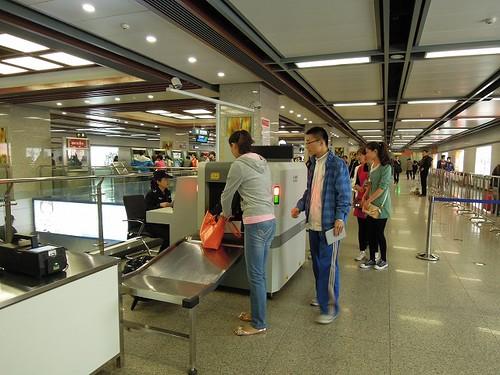 地下鉄駅での荷物検査