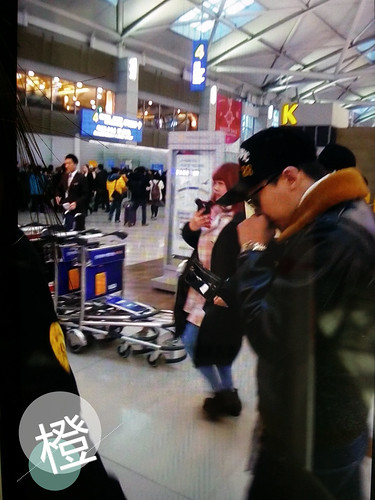 G-Dragon & TOP - Incheon Airport - 30jan2015 - G-Dragon - 卖小女孩的橙子 - 01