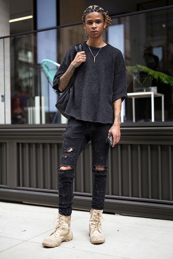 黒五部袖Tシャツ×ブラックスキニーダメージジーンズ×ベージュコンバットブーツ