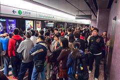 """""""等完又等繼續等 排完再排繼續排"""" / 香港繁忙時間人流 Hong Kong Rush Hour Human Logistics / SML.20130207.EOSM.01728.P1"""
