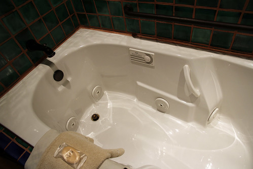 La Posada - Room 241 (Emilio Estevez) - How Deep Is Your Tub