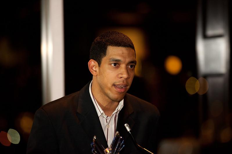 Ronny Bautosta recibe el Victory Award 2012