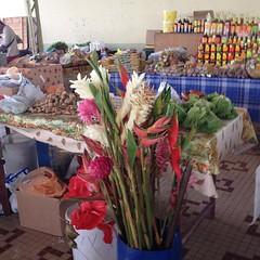 Au marché, il y a du rhum, des épices et des fleurs