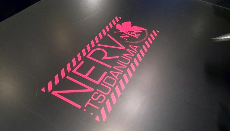 テーブルのNERVロゴ
