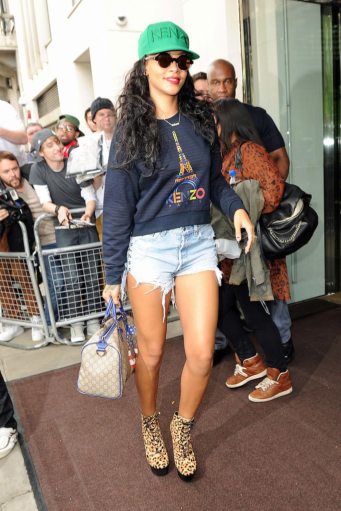 Rihanna_V_29aug12_BIG_b_1280x1920