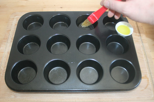 17 - Muffinform ausfetten / Grease muffin tray