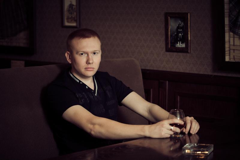 Портрет мужчины в интерьере