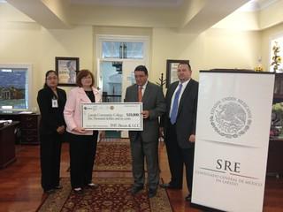 Entrega fondos IME-BECAS al Colegio Comunitario de Laredo, Texas.