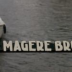 Obraz Skinny Bridge. white water boat text