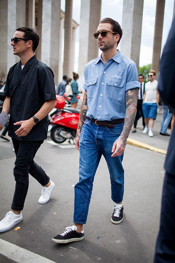 シャンブレー半袖ワークシャツ×デニムパンツ×黒ローカットスニーカー