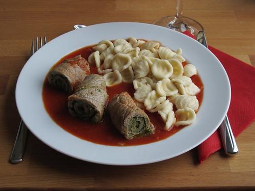 Involtini mit Bärlauch-Pesto in Tomatensoße zu Orecchiette