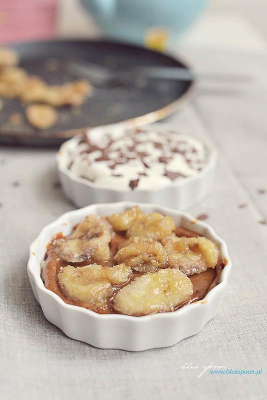 deser bez pieczenia z bananami i karmelem