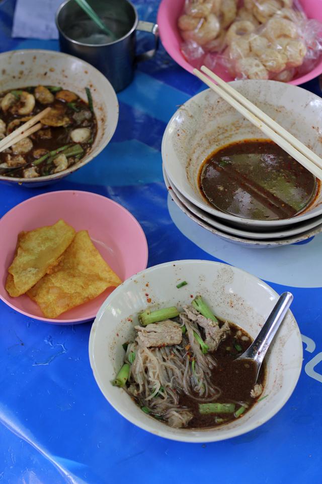 Enjoying the boat noodles at Doy Kuay Teow Reua (ต้อยก๋วยเตี๋ยวเรือ)