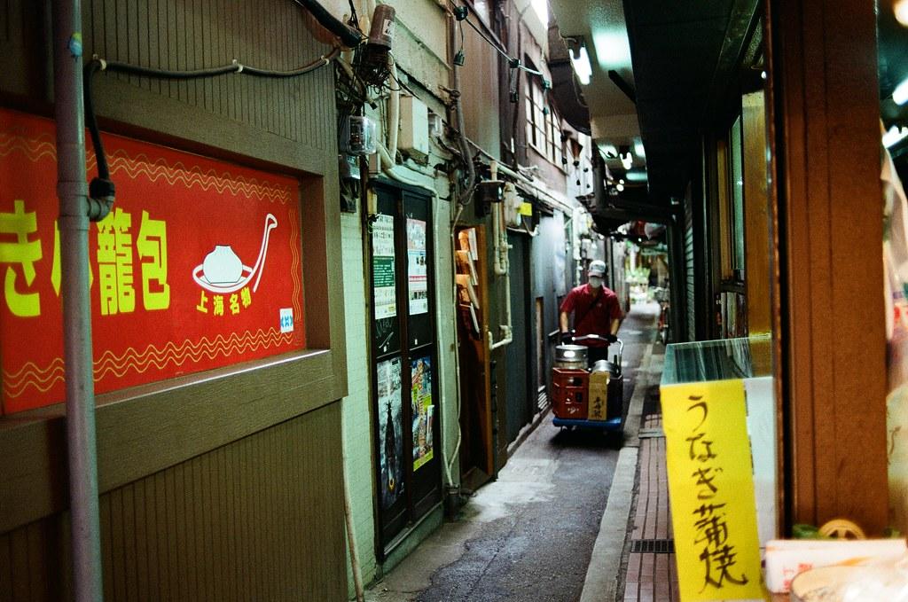 吉祥寺 Tokyo, Japan / Kodak ColorPlus / Nikon FM2 在吉祥寺的巷弄裡鑽來鑽去,好像有點太早去了,有些店家沒有開門,不知道是比較晚開還是真的沒在營業。  我就站在街道的一個位置,構圖調整好後,等待路人走到我要的畫面中,然後按下快門!  Nikon FM2 Nikon AI AF Nikkor 35mm F/2D Kodak ColorPlus ISO200 0995-0010 2015/10/01 Photo by Toomore