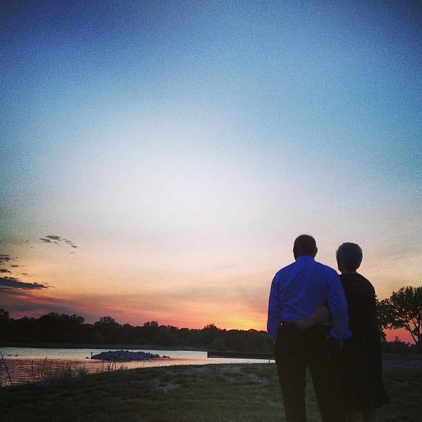 新娘和新郎在日落