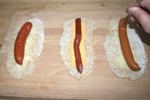 23 - Würste auflegen & anstechen / Add sausages & broach