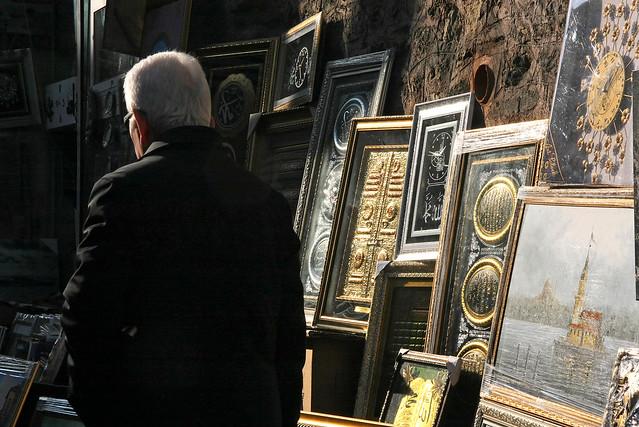 Morning light brightening Turkish arts, Istanbul, Turkey イスタンブール、朝の光に輝く美術品