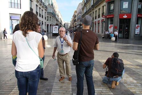 Escuchando las explicaciones del guía antes de comenzar el paseo por Calle Larios