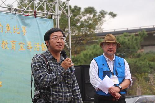 左為海大教授陳義雄,右為新竹縣釣魚環保協會理事長黃進光。