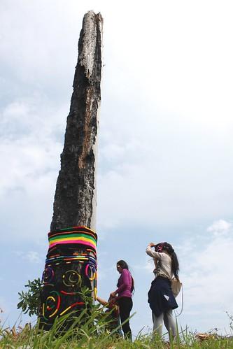 陳明才前妻逗小花,以及都蘭藝術家哈拿葛琉為紀念木碑裝飾