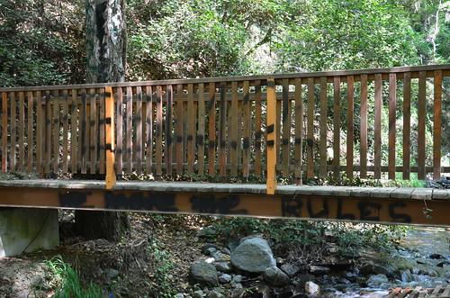 Die Brücke zum Wasserfall ist beschmiert und brüchig