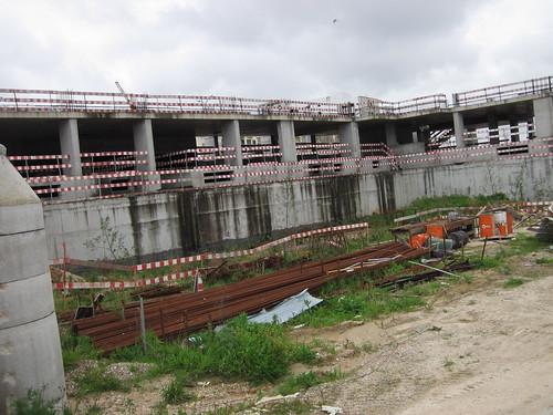 Parte das casas do parque abandonada ao efeito da meteorização atmosférica by Pedro Veiga