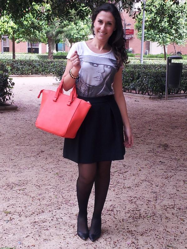 camiseta, falda negra, trench bicolor, bolso neon