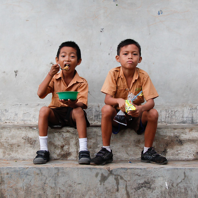 Two schoolboys eating in Amed, par Franck Vervial