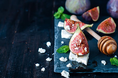 Appetizer of figs and cheese with honey.