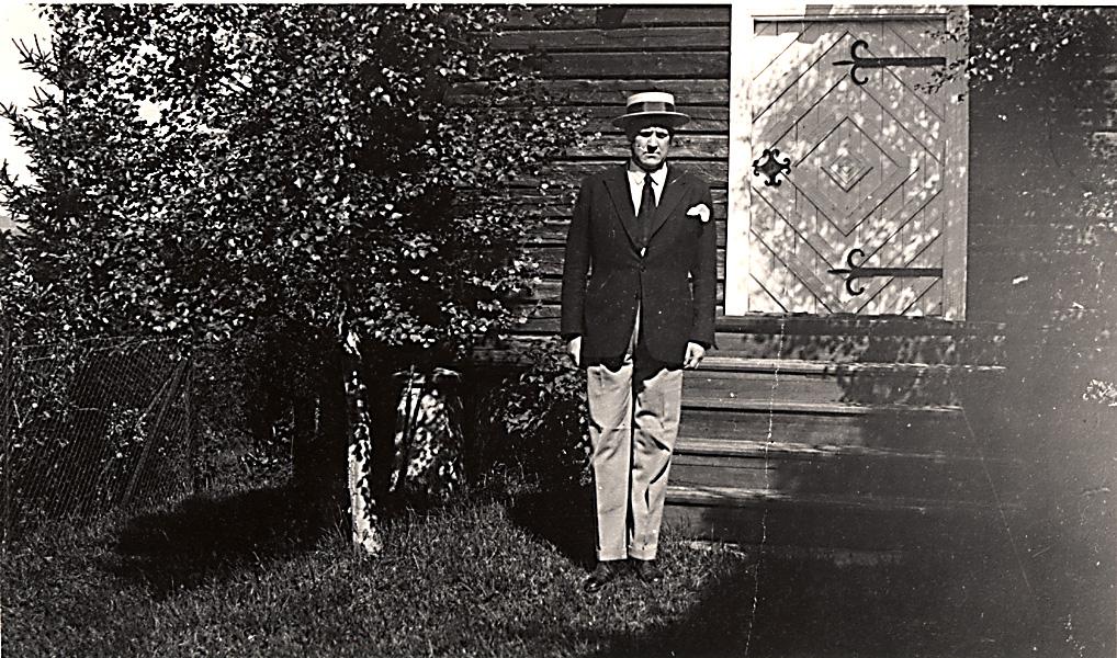 Vidkun Quisling foran stabburet på gården i Telemark.