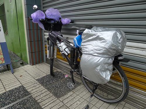 道路旁躲雨裝上防雨袋