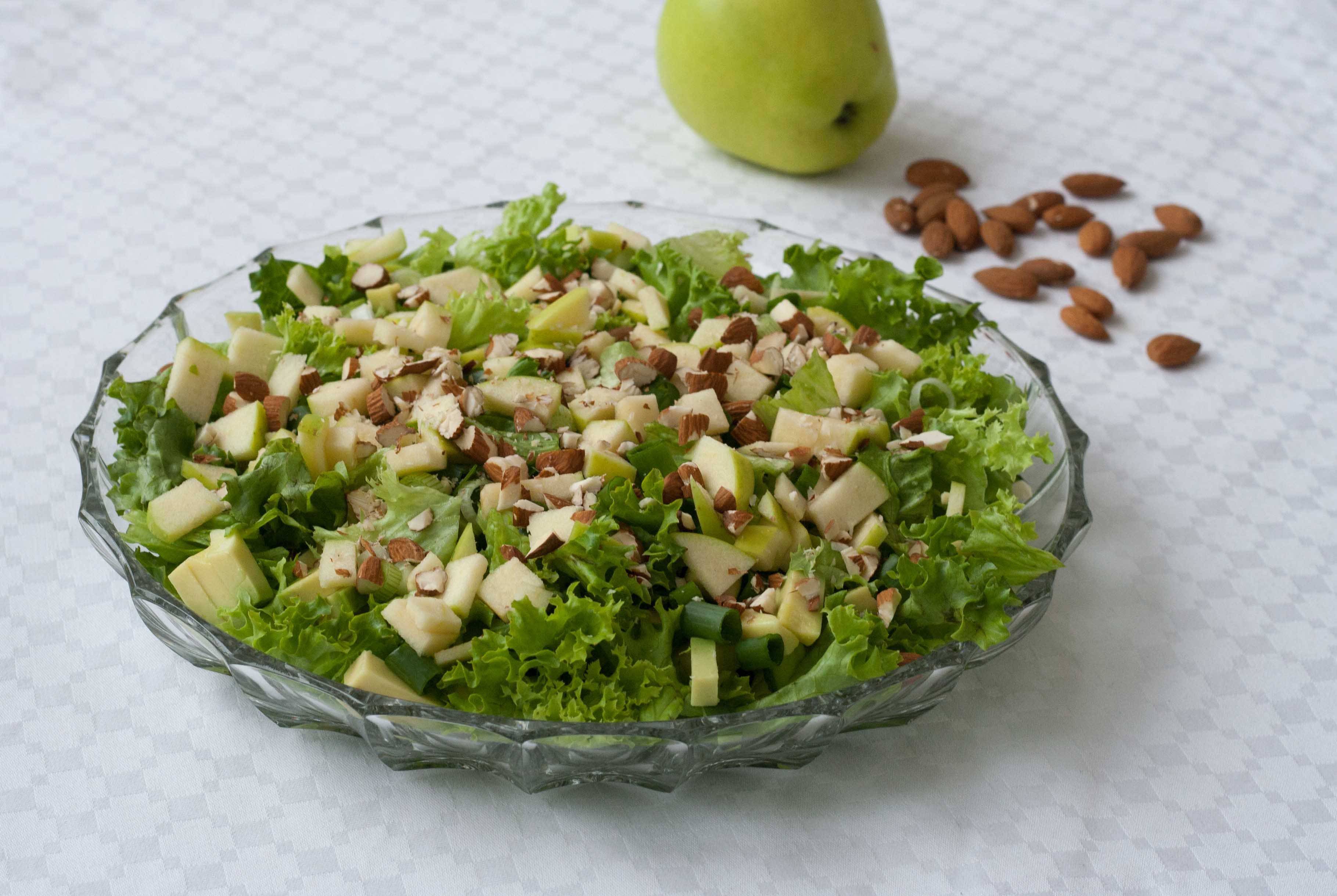 Recipe for Homemade and Simple Green Salad with Apples and Almonds