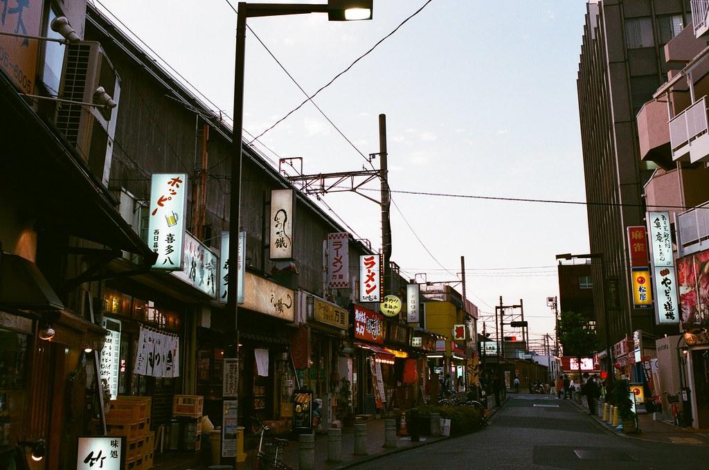 西日暮里 Tokyo, Japan / AGFA VISTAPlus / Nikon FM2 那時候天空開始慢慢變成紫色的,想到自己也在日本第十天了,從京都搭著新幹線來到東京,一樣的天空、一樣的心情,一樣的在想著該怎麼辦才好。  唯一一直做的就是一直不斷的拍照下去。  Nikon FM2 Nikon AI AF Nikkor 35mm F/2D AGFA VISTAPlus ISO400 0994-0028 2015/09/30 Photo by Toomore