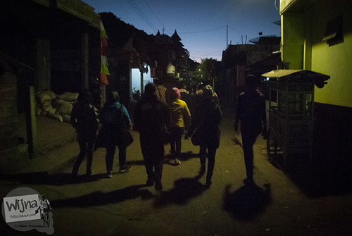 para wisatawan berjalan kaki mengejar sunrise di puncak Sikunir saat Dieng Culture Festival 2014