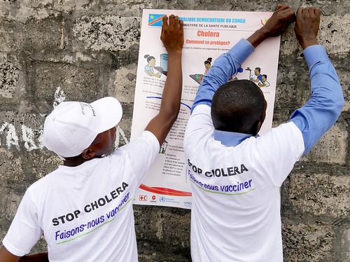 Zone de Pakadjuma, Province de Kinshasa, RD Congo: Des mobilisateurs sociaux mettent en place des affiches sur les mesures clés pour éviter le choléra dans la zone de Pakadjuma touchée par l'épidémie de choléra.