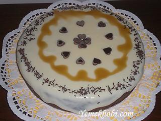 Beyaz-çikolata-soslu-pasta