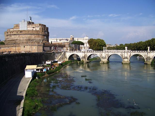 Castillo de Sant Angelo de Roma junto al Tiber