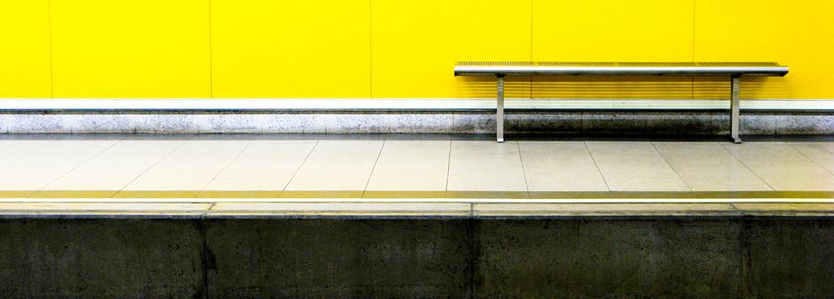 Fotografía de un banco vacío en una estación de Metro de Madrid