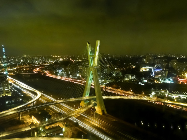 Ponte Estaiada bridge at night, São Paulo (Ponte Octávio Frias de Oliveira)