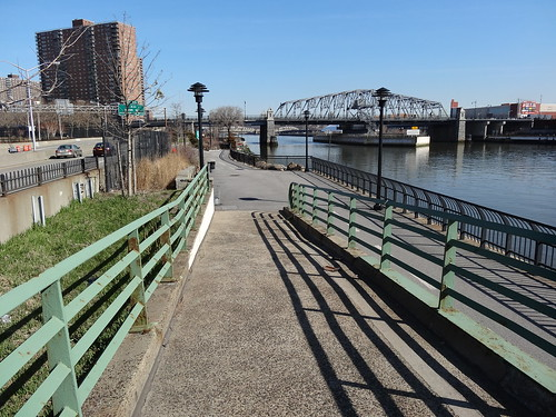 The Harlem River, official starting point for the walk