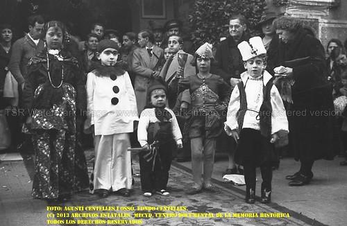 Barcelona, la ciudad estimada y fotografiada por Agustí Centelles i Ossó: grupo infantil de Carnaval. by Octavi Centelles