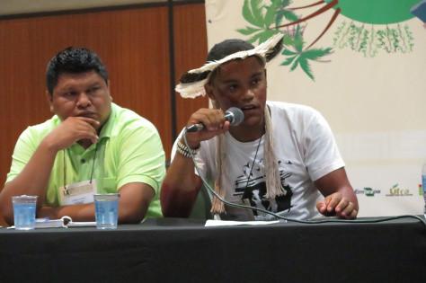 Para o indígena Jairã Santos (direita) uma das principais perdas para a juventude do campo é a falta de investimento na educação.