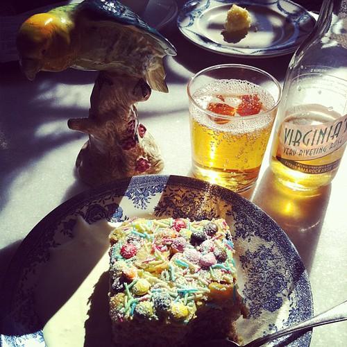 Tog kardemummakakan med extra allt plus sol samt en läskeblask med smak av citron och ros. Pga Rosies.